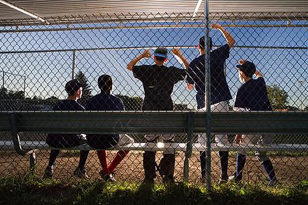 五个青少年在旁观图片