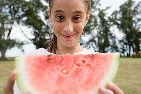 拿着一大块西瓜的女孩图片