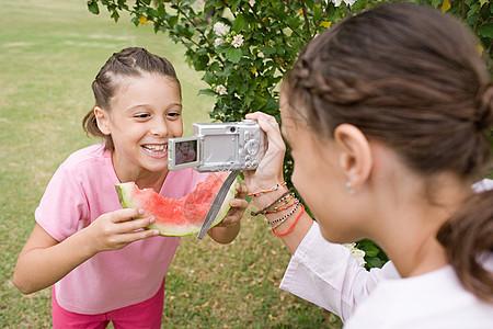摆姿势照相的女孩图片