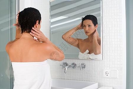 给头发定型的女人图片