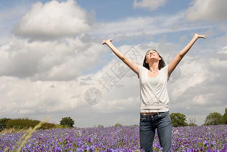 野花上的女人图片