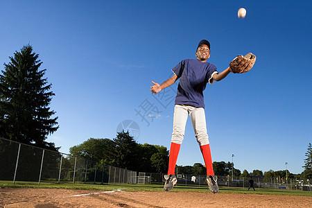 打棒球的十几岁男孩图片
