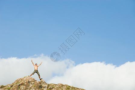 人在岩石上图片