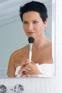 拿着化妆刷的女人图片