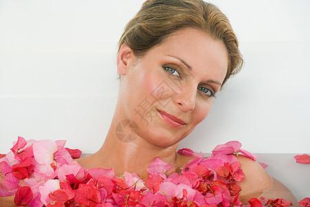 女人沐浴在花瓣里图片