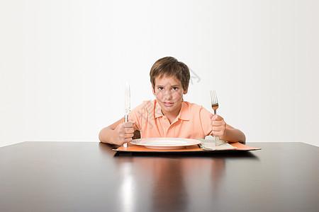 等待吃饭的男孩图片