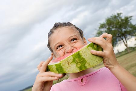 女孩吃了一大块西瓜图片