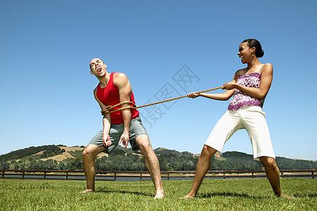 女人把绳子绑在男人身上图片