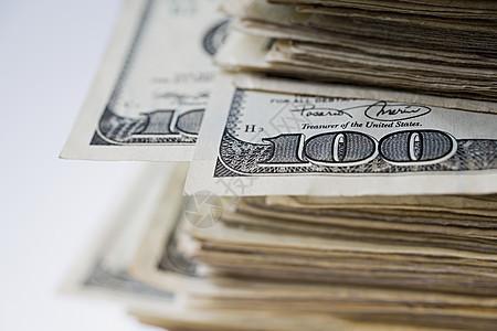 一叠一百美元的钞票图片