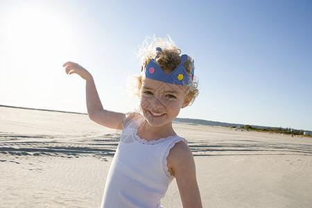 海滩上戴皇冠的女孩图片