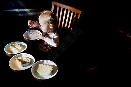 小男孩吃生日蛋糕图片
