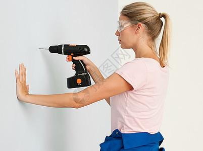 年轻女子用电钻图片