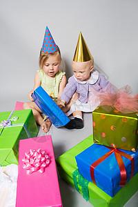 拿生日礼物的小女孩图片