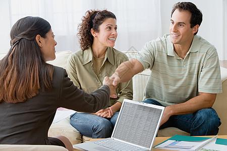 与财务顾问交谈的夫妇图片