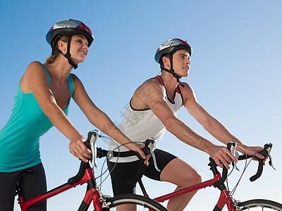 年轻夫妇骑自行车图片