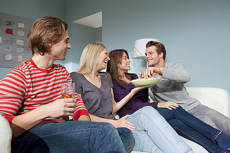 两对年轻夫妇看电视图片