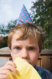 戴着派对帽的男孩图片