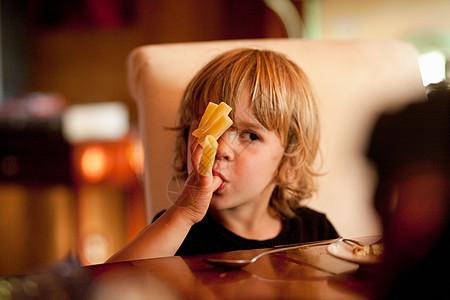 男孩吃意大利面图片