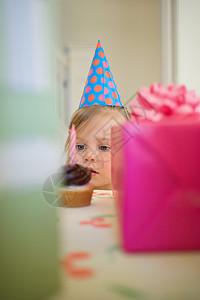小女孩看着蛋糕图片