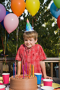 男孩在生日聚会上图片