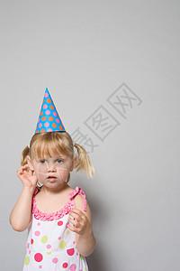 戴派对帽的女孩图片