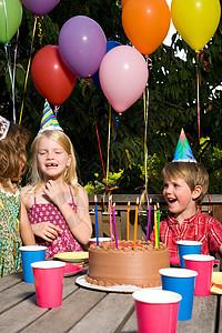 生日聚会上的孩子们图片