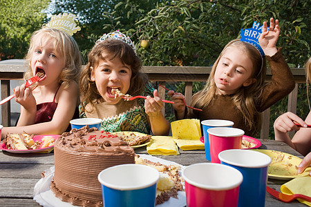 女孩吃生日蛋糕图片