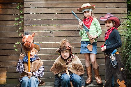 打扮成牛仔熊和牛仔的孩子们图片