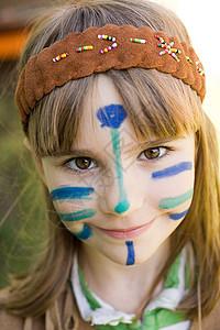 穿着美国土著服装,脸上画着图案的女孩图片