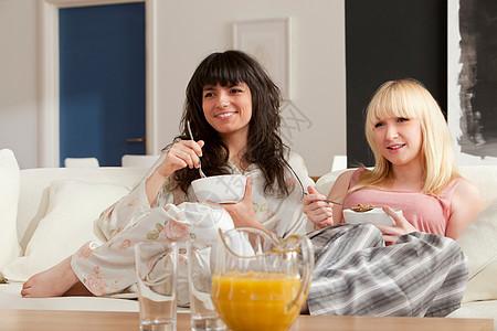 两个年轻女人吃早餐图片