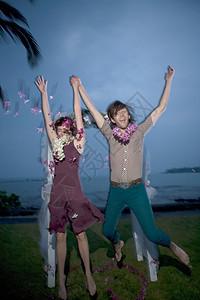 美国夏威夷大岛新娘新郎欢乐跳跃图片