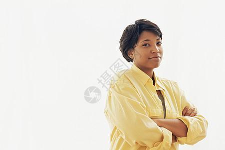 双臂交叉的女人图片