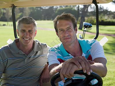 两个成熟的男子在高尔夫球场图片