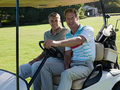 两个成熟的男子高尔夫球车上图片