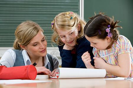两个女孩和老师一起图片