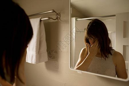 浴室里的女孩图片