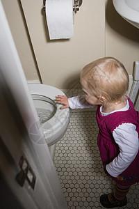 站在厕所旁边的小女孩图片