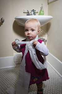 玩卫生纸的小女孩图片