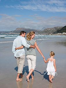 一家人在海边散步图片