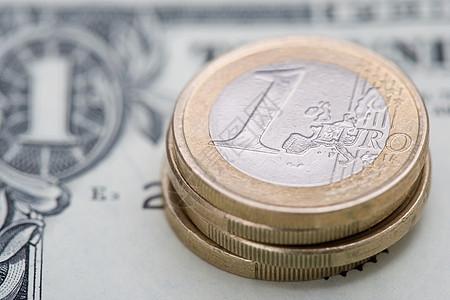美元纸币上的欧元硬币图片
