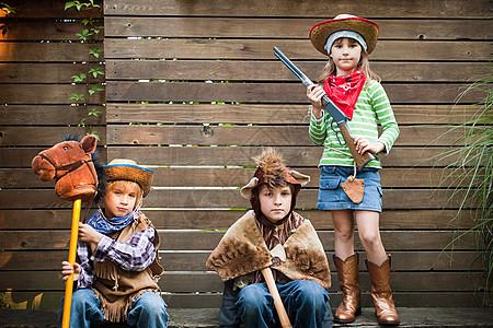 孩子们打扮成牛仔熊和牛仔图片