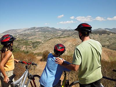骑自行车的父亲和孩子看着风景图片