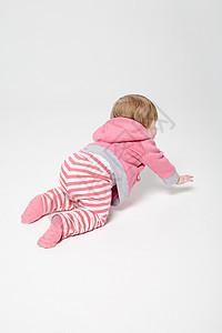 小女孩在地上爬图片