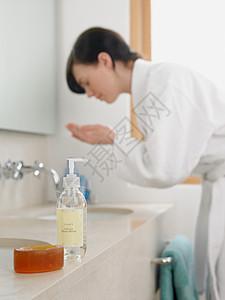 女人洗脸图片