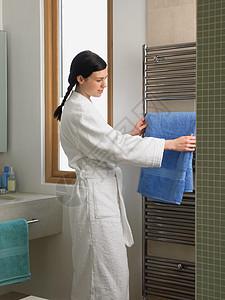 在浴室拿毛巾的女人图片