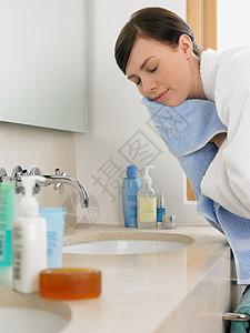 在浴室洗脸的女人图片