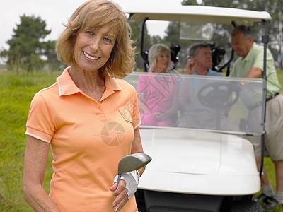 高尔夫球车前的女人图片