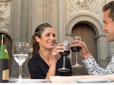碰杯喝酒的夫妻图片