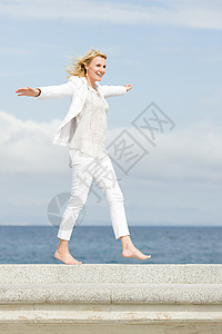 海上无忧无虑的女人图片