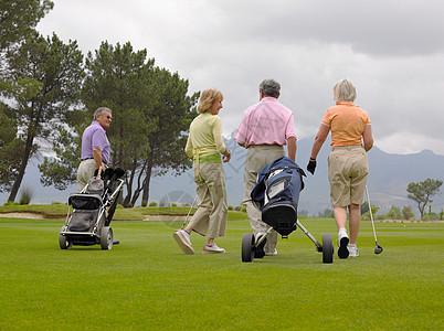 高尔夫球手步行图片